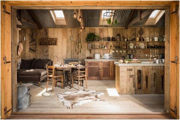 Ten dom ma drewniane podłogi, ściany i meble
