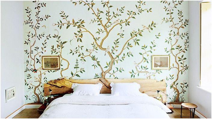 Спалнята с шикозно дърво на главата на леглото създава определена атмосфера на комфорт и топлина.
