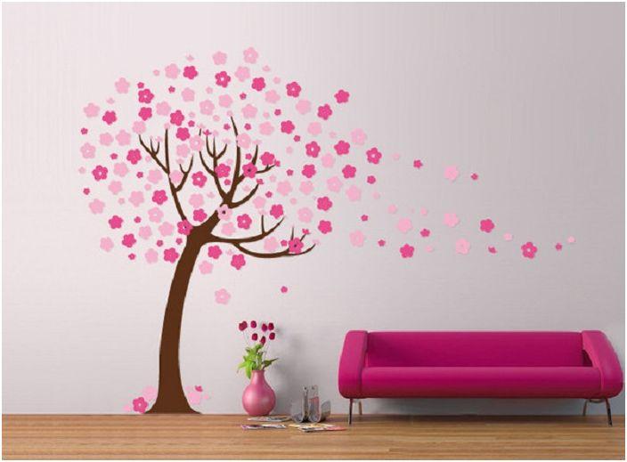 Очарователният декор на стаята е допълнен от дърво с живи цветове, което от своя страна придава настроение.