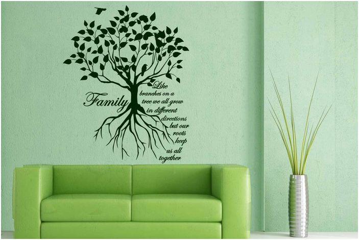 Страхотен декор на стая с ментови стени и зелено обзавеждане, допълнено от родословно дърво на стената.