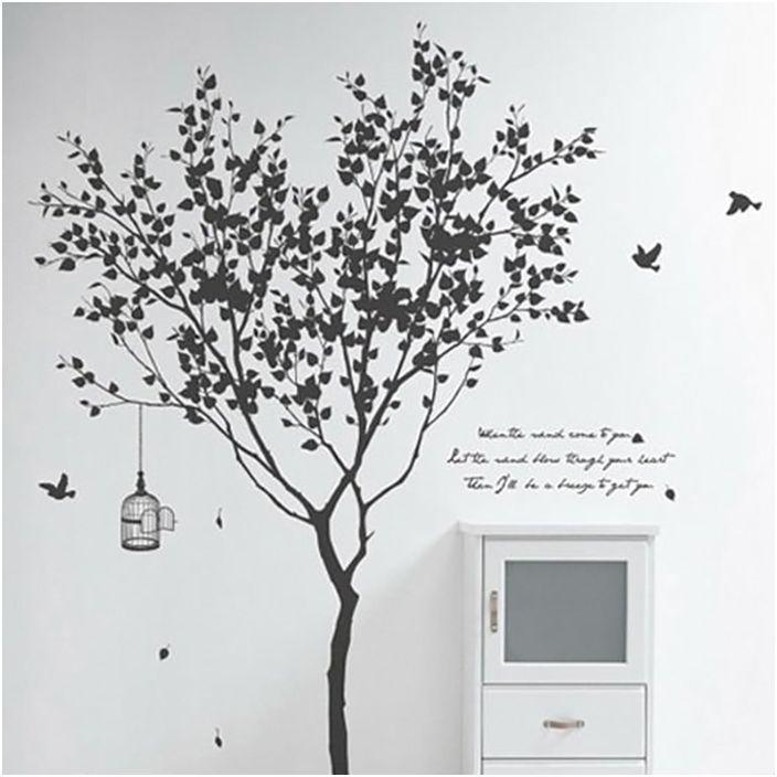 Стаята е изпълнена в черно и бяло с хубаво дърво на стената.