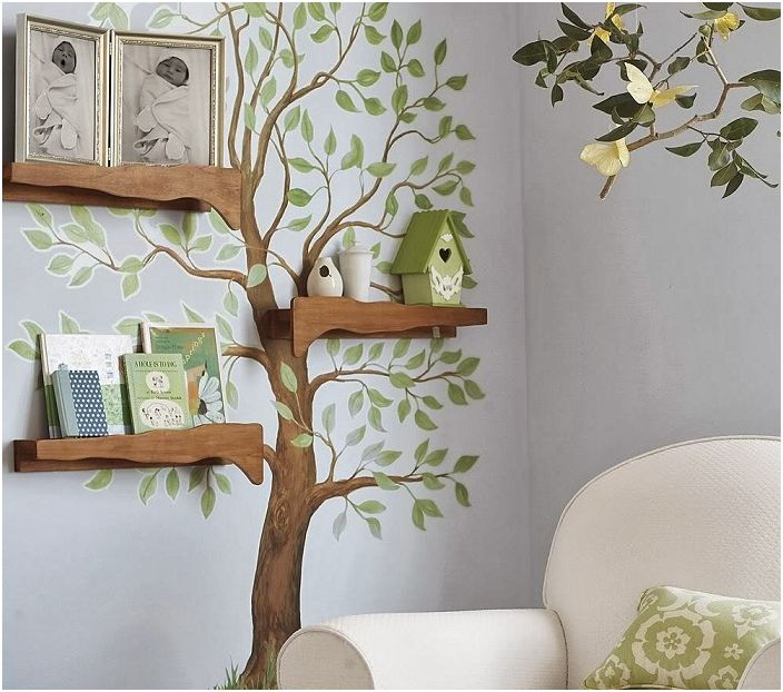 Стаята е украсена с дърво на стената с шикозни рафтове, снимки, които създават специална атмосфера на домашен уют.