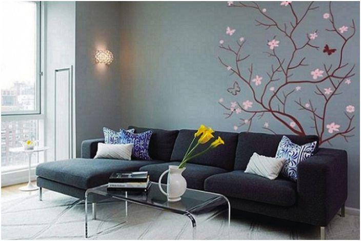 Тъмният интериор на стаята подчертава особената елегантност на дървото, изобразено на стената.