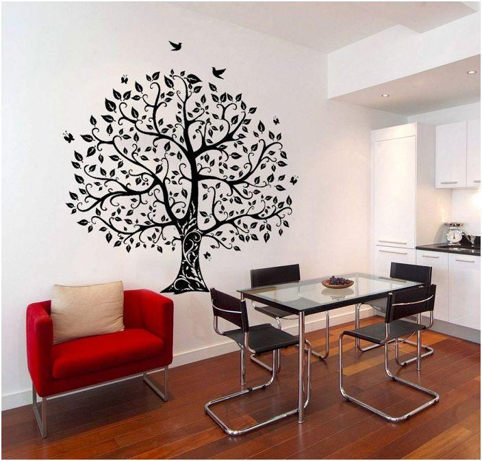 Допълването на интериора със снимка на дърво на стената е чудесна възможност за себеизразяване.