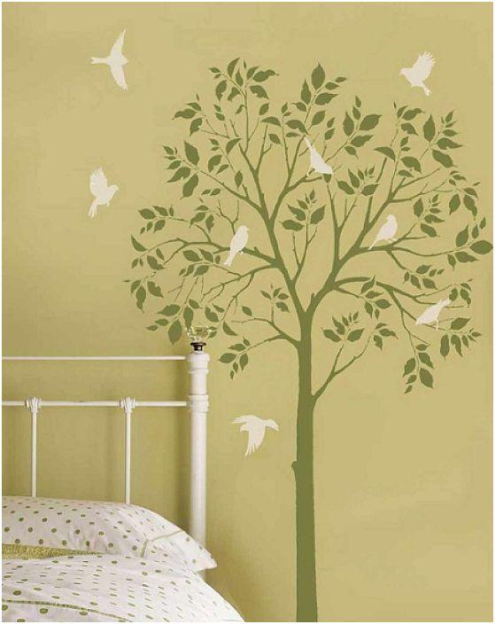 Стая в маслинови тонове с дърво и птици на стената ще добави пролетно настроение дори и в най-жестоката зима.