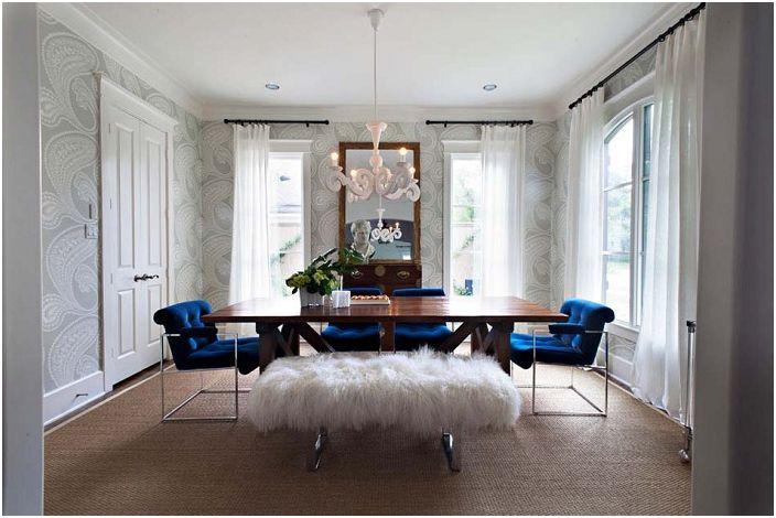 Гостиная комната с белыми шторами и с симпатичными синими мягкими стульями.