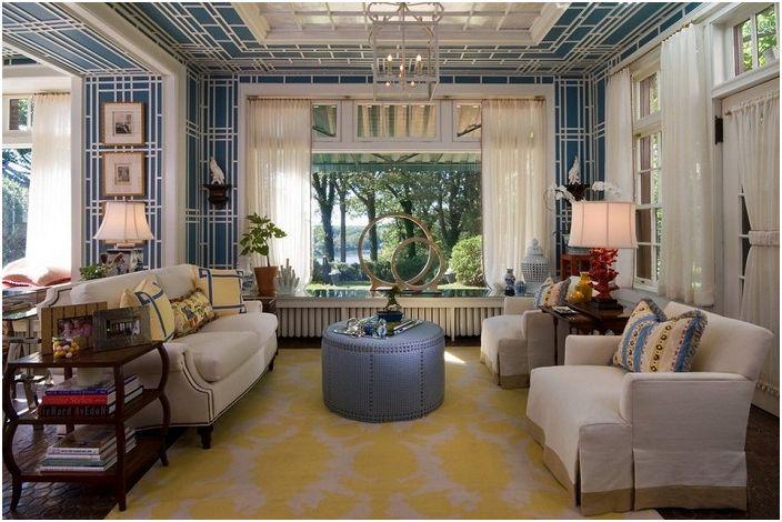 Интерьер гостиной комнаты украшают белые шторы, которые освежают её.