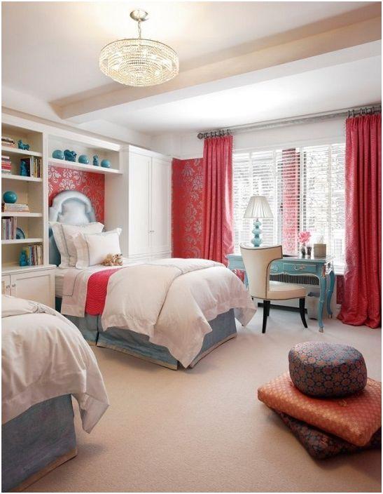 Светлая комната в белых тонах с вишневыми шторами.