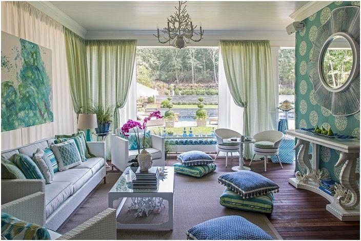 Интерьер в зеленых тонах создает прекрасную атмосферу для отдыха, дополнен красивыми шторами в тон.