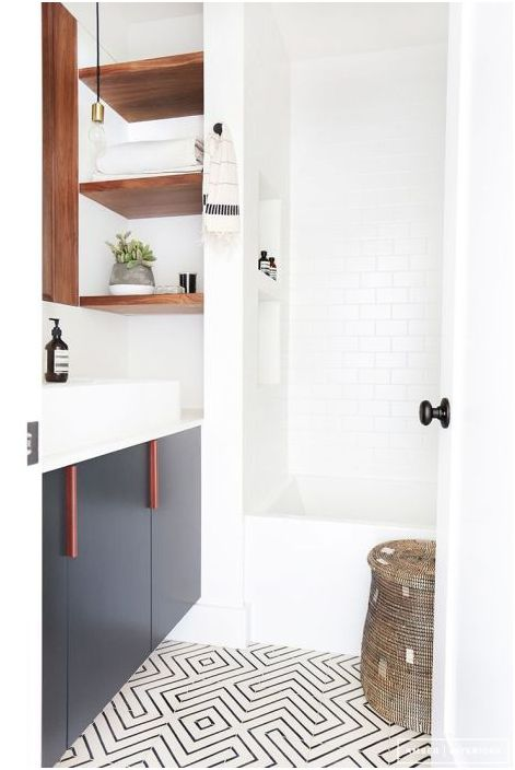 Podłoga jako element akcentujący wnętrze małej łazienki
