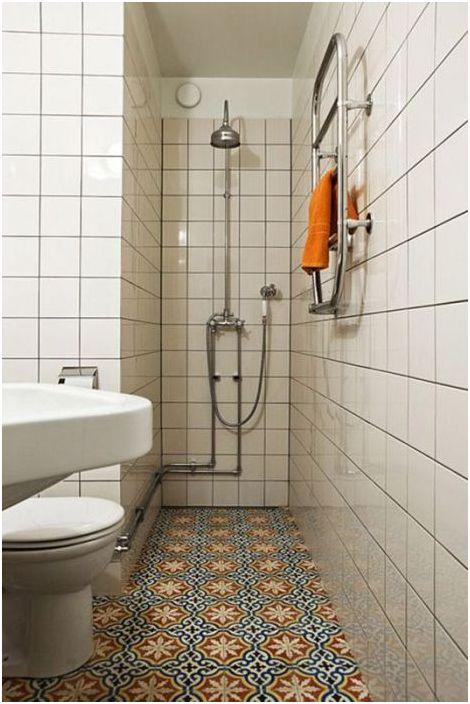 Jasna podłoga odwraca uwagę od głównej wady pomieszczenia - jego wielkości