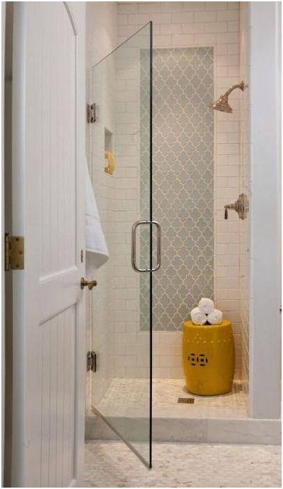 Szklane drzwi prowadzące do strefy prysznica