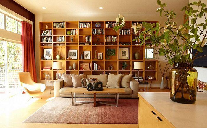 Интериор на всекидневната с рафтове за книги от платформа за домашна сцена