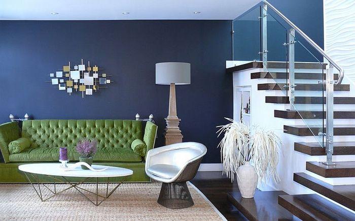 Canapé vert dans le salon bleu par Dotter & amp; Architecture et conception de Solfjeld