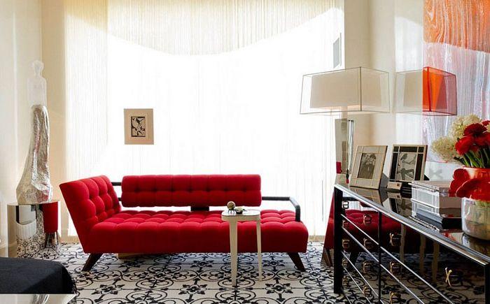 Стилен червен диван в хола на Charles Pavarini III Design Associates