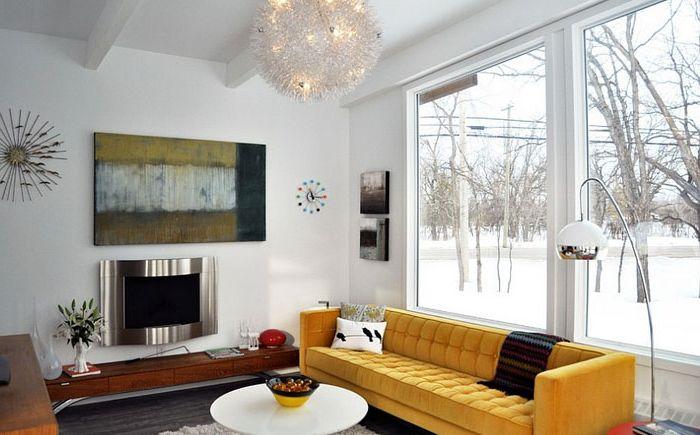 Canapé d'appoint jaune dans un intérieur blanc