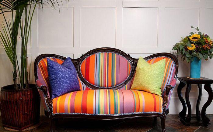 Canapé multicolore dans le salon par Darci Goodman Design