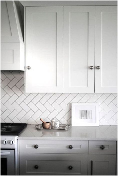 Диагонално подреждане на плочки върху кухненски гръб
