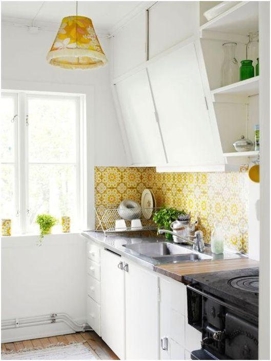 Жълтата кухненска престилка озвучава цвета на лампата