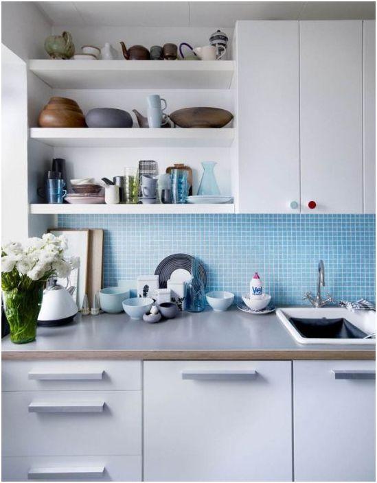 Синя кухненска престилка е чудесно решение за тесна кухня