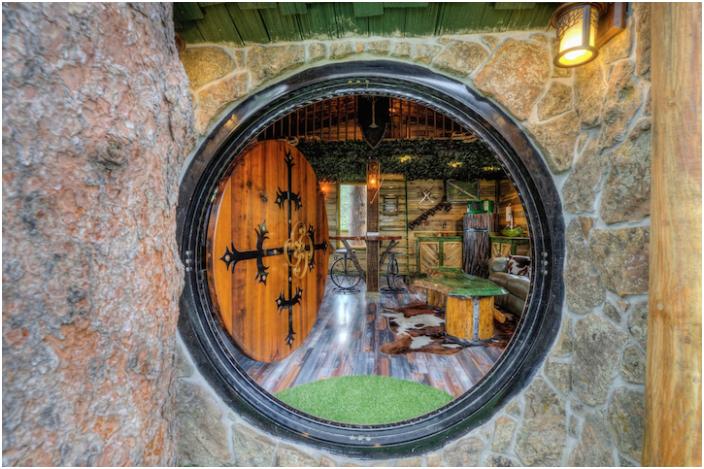 Okrągłe drzwi w American Hobbit Lodge.