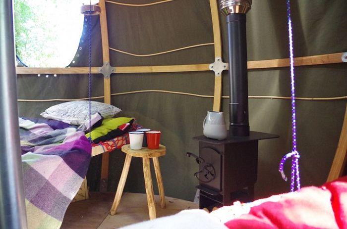 Une tente avec un poêle à bois.