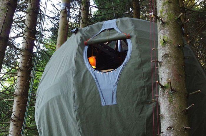 Une tente suspendue entre les arbres est une option pour ceux qui aiment les loisirs non standard.