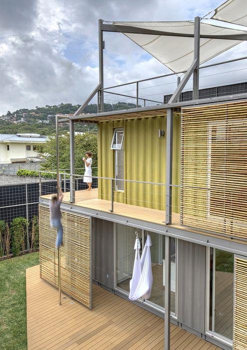 Прозорците са покрити с подвижни бамбукови панели.