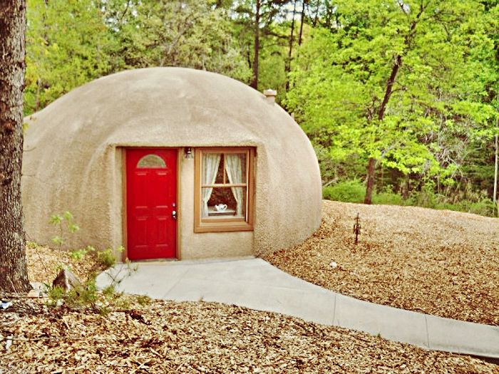 Къща на хобитите за любителите на еко-отдих.