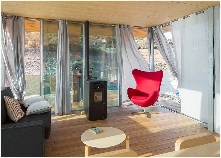 Не большая, но уютная гостиная в плавучем доме Floatwing.