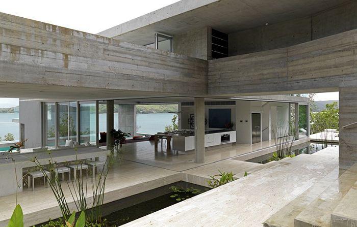 Резиденция Солис е монолитно имение на остров Хамилтън.