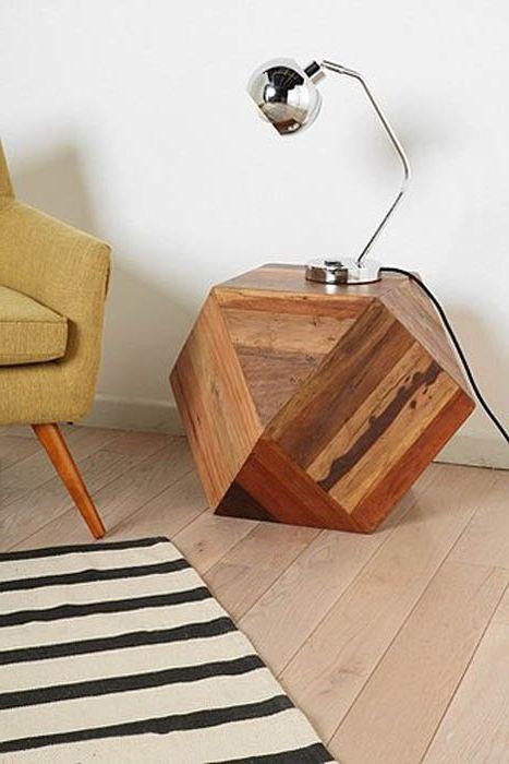 Необичайна дървена маса.
