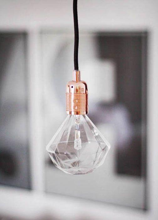 Лампа под формата на фасетна крушка.