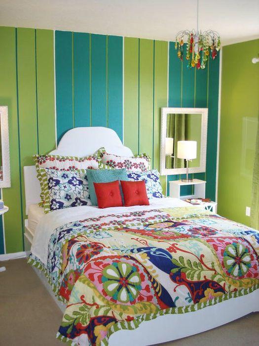 Ярък интериор на малка спалня.