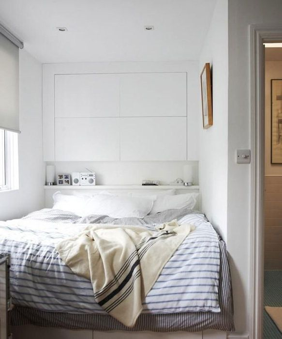 Използвайте пространството над леглото за съхранение.