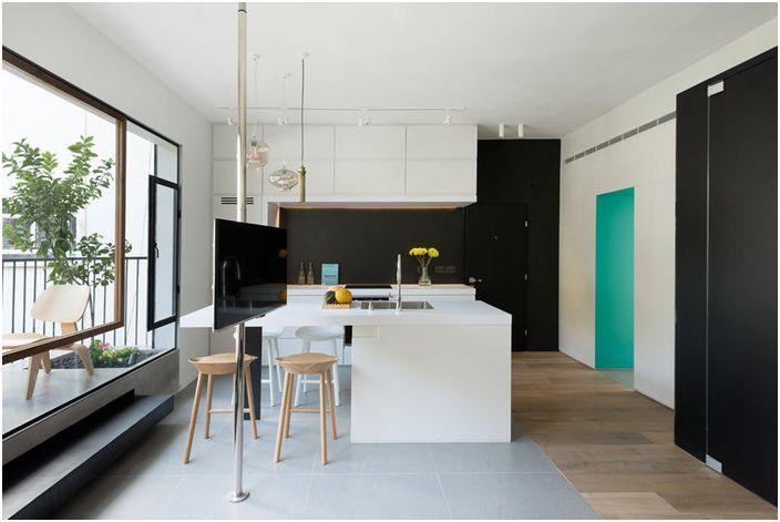 Czarny kolor idealnie pasuje do wnętrza małego mieszkania