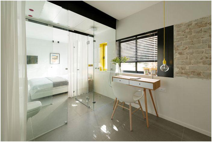 Sypialnia oddzielona jest od łazienki przeszkloną kabiną prysznicową