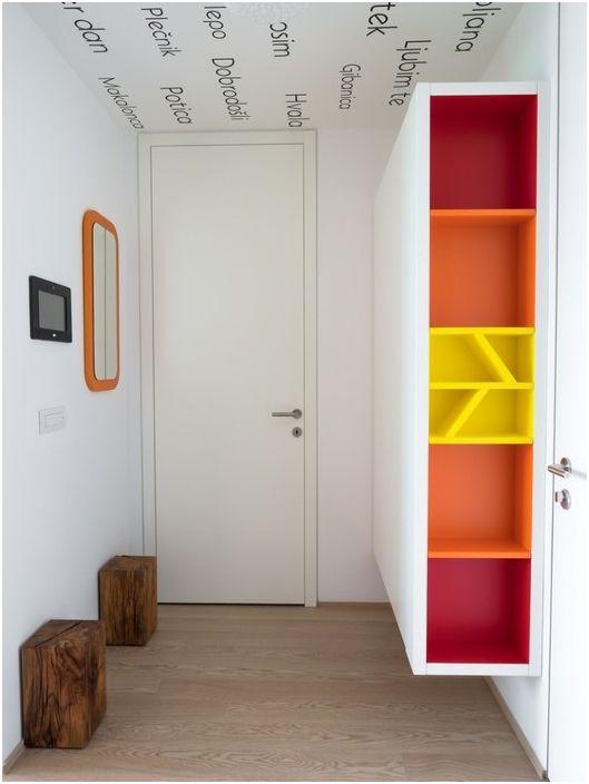Ярък дизайн на малък коридор