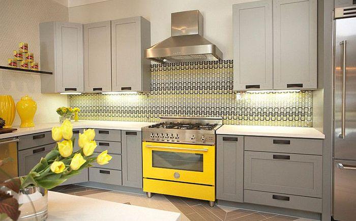 Стъклена престилка с жълт модел от Dallas Renovation Group