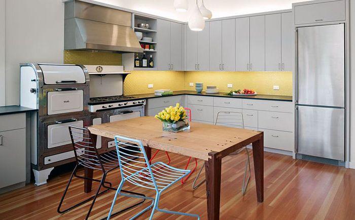 Серая мебель на фоне жёлтого фартука от Chr DAUER Architects