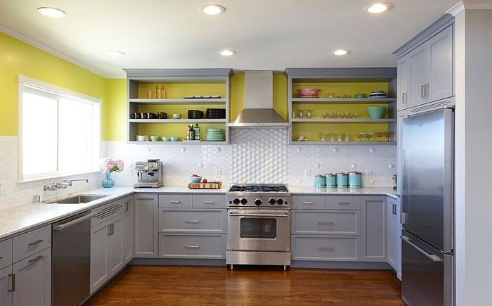 Сиво, бяло и жълто в кухнята от Nerland Building & Restoration