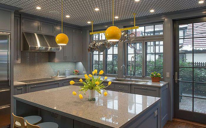 Серая кухня с жёлтыми светильниками от Essential Design + Build