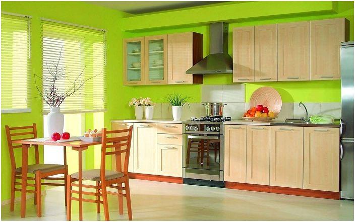 Интересен кухненски интериор с дървени мебели.