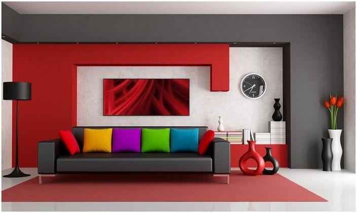 Интериорът на стаята е в класически стил с прекрасни ярки възглавници.