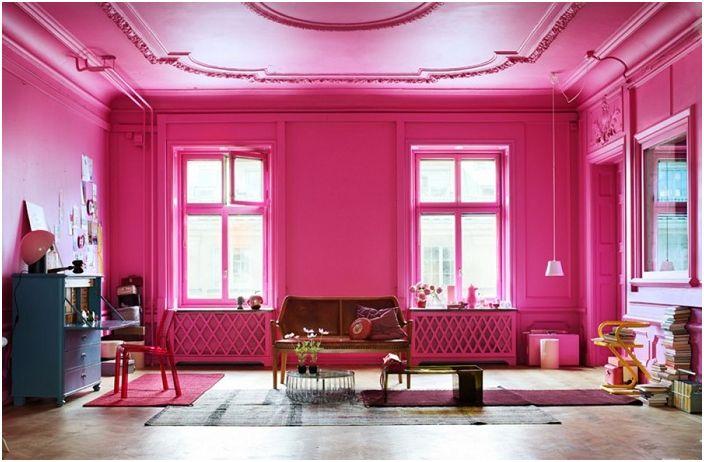Светлата стая с ярко розови стени няма да ви позволи да се отегчите в най-облачния ден.