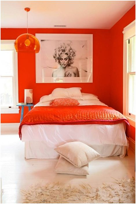 Голяма оранжева спалня с плюшено легло.