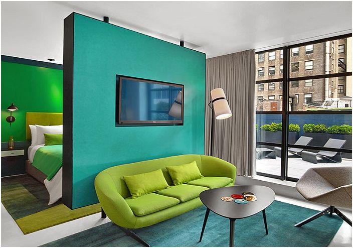 Стаята е декорирана в прекрасни тюркоазени цветове.