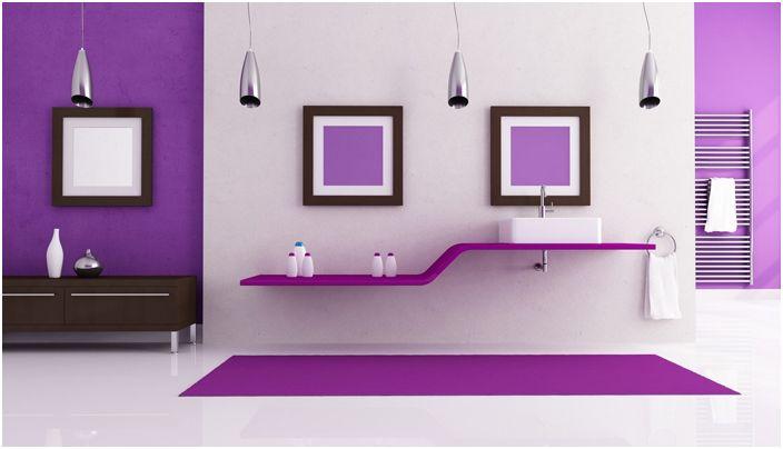 Красива и естетична стая в цвят люляк с ясни линии.