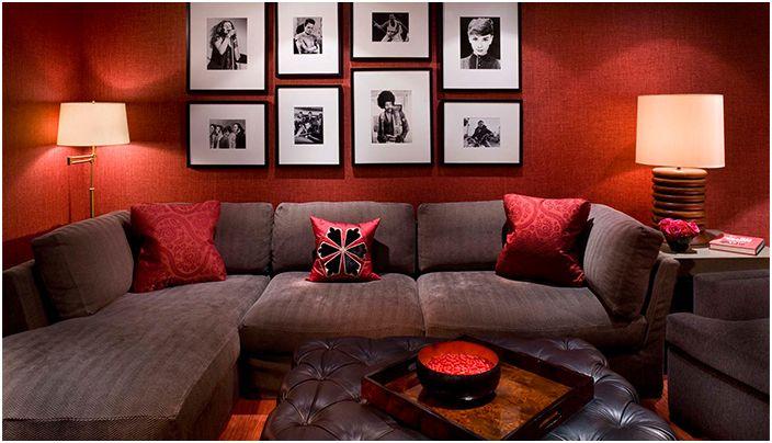 Прекрасна червена стая с шоколадов диван.