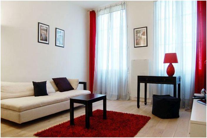 В оформлении интерьера использовали три основных цвета: красный, белый и чёрный
